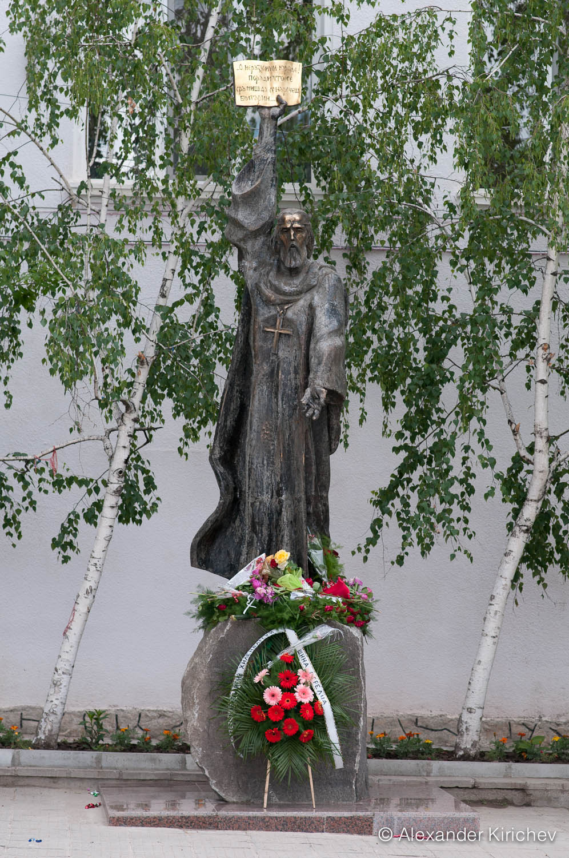 Паметник на Паисий Хилендарски в гр. Стрелча